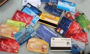 Thu phí cao, ngân hàng đầy thẻ rác