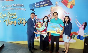 """Vietbank trao giải 1kg vàng cho khách hàng trúng giải đặc biệt """"Quà sang - Vàng ký"""""""