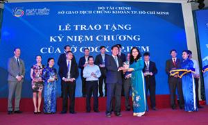 Địa ốc Hoàng Quân nhận kỷ niệm chương của HOSE