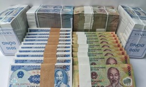Nhân viên ngân hàng nháo nhào tìm nguồn tiền mới đổi cho khách quen