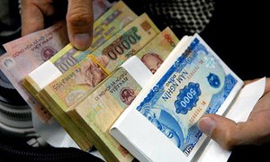 Tiền lẻ đua nhau 'đội giá': Ai xử phạt người vi phạm?