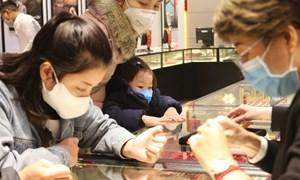 [Video] Đợi từ 2h30 để mua vàng ngày vía Thần Tài giữa dịch virus corona