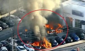 [Video] 13 ôtô cháy trụi trong đại lý xe hơi