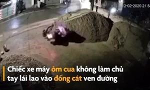 [Video] Xe máy mất kiểm soát lao vào đống cát ven đường