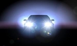 [Video] Bị rọi đèn pha trong đêm, ôtô đánh lái kịp thời tránh va chạm