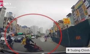 [Video] Xe máy ngã trước đầu ôtô sau va chạm với xe khác ở Hà Nội