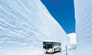 [Video] Con đường lọt giữa bức tường tuyết khổng lồ