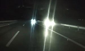 [Video] Bất chấp nguy hiểm, 2 ô tô chạy ngược chiều trên cao tốc lúc nửa đêm