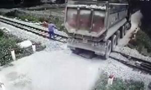 [Video] Nhân viên gác chắn cứu đoàn tàu và xe tải chết máy khỏi tai nạn thảm khốc