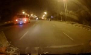 [Video] Xe máy lao ngược chiều trong đêm suýt bị ôtô đâm
