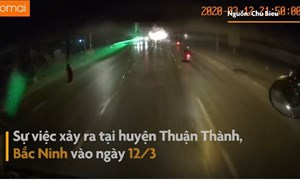 [Video] Thanh niên đi xe máy rọi tia lazer vào mặt tài xế xe tải trên đường