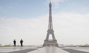 [Video] Paris không bóng người sau 14 ngày phong tỏa