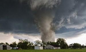 [Video] Khoảnh khắc cơn lốc xoáy kinh hoàng càn quét thành phố ở Mỹ