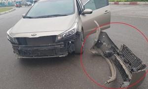 [Video] Xe máy băng ngang va vỡ cản trước ôtô rồi bỏ chạy