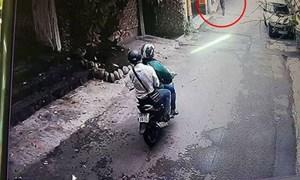 [Video] Cảnh giác với thủ đoạn giả làm lái xe GrabBike để trộm, cướp giật tài sản