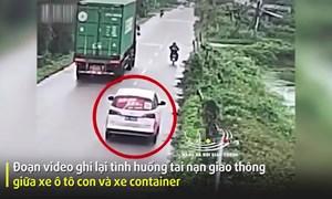 [Video] Xe container đánh lái bất ngờ khiến xe con lao thẳng xuống ao