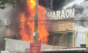 [Video] Quán karaoke bốc cháy giữa trưa