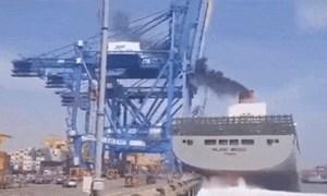 [Video] Tàu chở hàng nặng 150.000 tấn tông sập cần cẩu ở Hàn Quốc