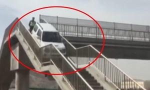 [Video] Chạy quá lối ra cao tốc, tài xế lái ôtô lên hẳn cầu vượt đi bộ để quay đầu