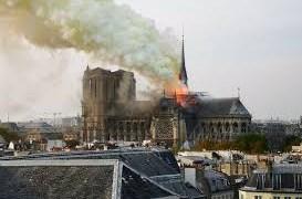 [Video] Khoảnh khắc tòa tháp nhà thờ Đức Bà sụp đổ trong vụ cháy lớn