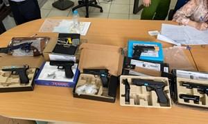 Hải quan phối hợp phát hiện lô hàng chuyển phát nhanh chứa sản phẩm hình dạng súng