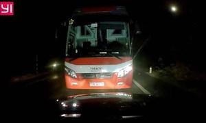 [Video] Xe khách lấn làn vượt ẩu suýt gây tai nạn trong đêm trên quốc lộ 20