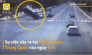 [Video] Cơn lốc hất tung xe tải giữa ngã tư