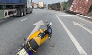 [Video] Container bị lật sau cú đánh lái tránh xe máy sang đường ẩu