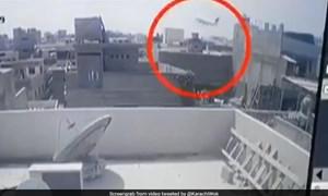 [Video] Khoảnh khắc cuối cùng trước khi máy bay Pakistan lao xuống mặt đất