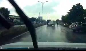 [Video] Xe tải xoay tròn khi phanh gấp dưới đường mưa trơn