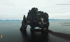 [Video] Khối đá hình khủng long cao 15 m ngoài khơi Iceland
