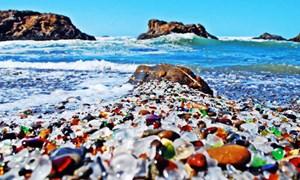 [Video] Bãi biển thủy tinh rực rỡ sắc màu duy nhất trên thế giới