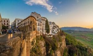 [Video] Thị trấn cổ xây dựng bên bờ hẻm núi sâu 120 m