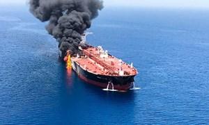 Giá dầu tăng mạnh sau vụ tấn công tàu chở dầu tại eo Hormuz