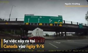 [Video] Container chở hàng vượt quá chiều cao va chạm với gầm cầu vượt