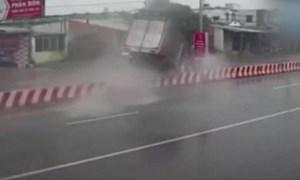 [Video] Xe tải mất lái tông đổ cột đèn trên dải phân cách giữa đường