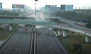 [Video] Xe container rơi khỏi cầu vượt cao 9 m tại Thái Lan