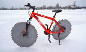 [Video] Phép màu giúp chiếc xe đạp vô tư đi trên băng tuyết