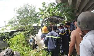 [Video] Bốn người bị kẹt 30 phút trong ôtô rơi khỏi cầu Hàm Luông