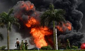 [Video] Khói lửa bốc cao từ đám cháy kho hóa chất