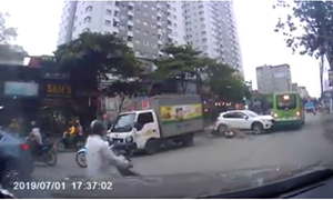 [Video] Mất kiểm soát khi đi ra từ trong ngõ, ôtô gây tai nạn giao thông