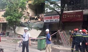 [Video] Nhà phố cổ Hà Nội sửa chữa đổ sập, gây cảnh tắc đường