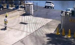 [Video] Tài xế đạp nhầm chân ga khiến xế sang Mercedes lao xuống sông