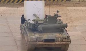 [Video] Độc & lạ: Lính Nga dùng nòng pháo xe tăng T-80 để bổ dưa, vẽ tranh