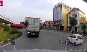 [Video] Liều mạng vào cua nhanh, chiếc container lật ngang tại Hải Phòng