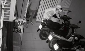 [Video] Nóng: Băng nhóm ở Sài Gòn trộm 4 xe tay ga trong chưa đầy 4 phút
