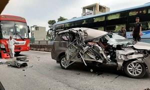 [Video] Rợn người vì xe 7 chỗ biến dạng sau cú tông liên hoàn trên quốc lộ 1A