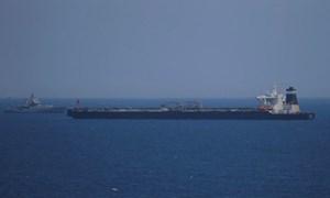 [Video] Cận cảnh tàu chở dầu của Iran bị Anh bắt giữ ngoài khơi Gibraltar