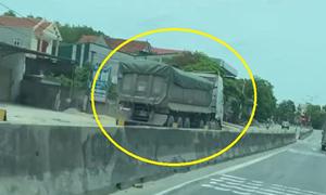 [Video] Xe tải cỡ lớn đi ngược chiều, đối đầu với xe container