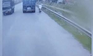 [Video] Suýt mất mạng vì cố tình vượt container